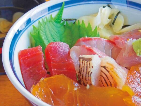 自分好みのアレンジで海鮮丼が作れる海鮮コーナー!/例