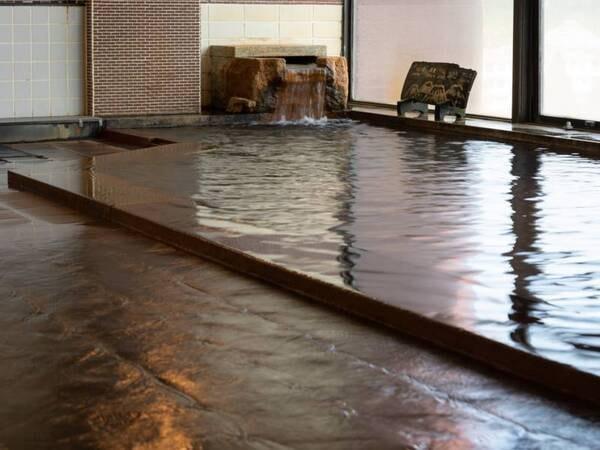 <一番館大浴場:雲上寝釈迦の湯>かけ流しのため、湯船の中はいつも新鮮で清潔な温泉で溢れています。