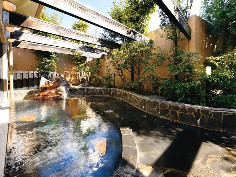 【庭園露天風呂】源泉100%かけ流しの湯が注ぐ