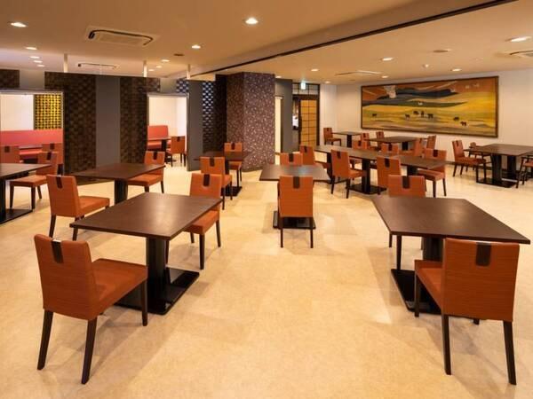 <二番館レストラン>明るく開放的な食事スペースで、おいしい料理とともに会話も弾む楽しいひと時をお過ごしください