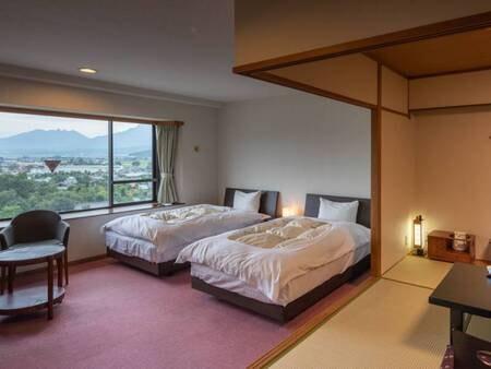 <【1番館】通常・和洋室>ツインベッドとソファーのある洋室、そして本間仕様の和室6畳が付く広いお部屋です(例)