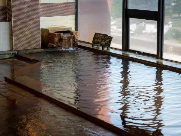 大浴場【阿蘇ホテルは、天然温泉の流儀を大切にしています】湯船からあふれるお湯はすべて古くから人々に親しまれてきた「生まれたてのお湯」「かかりつけのお湯」と言われる源泉かけ流しの温泉です