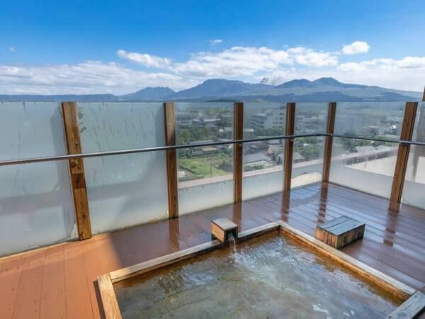 【阿蘇五岳を一望する絶景の露天風呂付大浴場】これぞ阿蘇!という大パノラマの景色を露天風呂と広い内湯からご覧いただけます