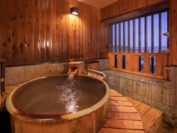 【源泉かけ流しの陶器風呂】湯船は、日本六古窯のひとつ信楽焼でつくられた優美な陶器風呂。滞在中ずっと源泉かけ流しの温泉があふれています