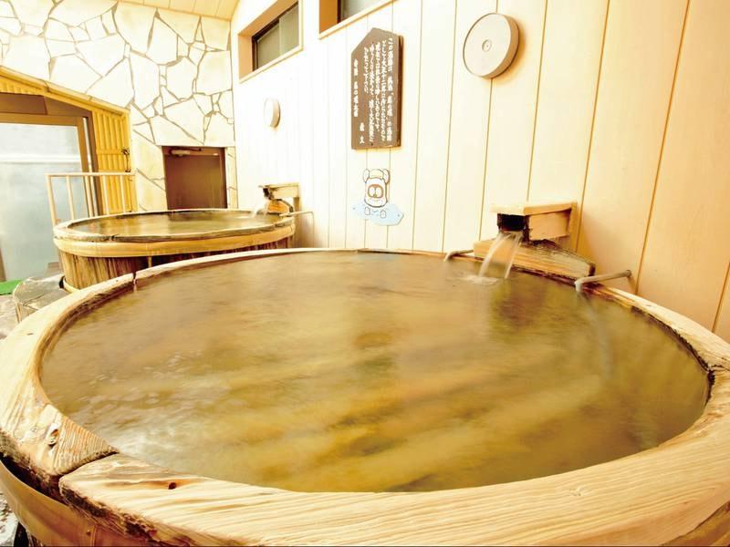 【大正浪漫酒樽風呂】酒樽は地元の銘酒「菊の城」の酒樽として大正十二年に作られたもので現在では非常に珍しいものです。