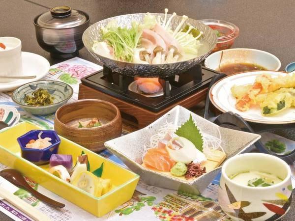 【夕食一例】山の幸や旬の味覚を取り入れた会席を宴会場にご用意