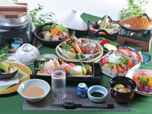 【グレードUP!季節替わりの会席/例】グレードUPの地元の食材を盛り込んだ会席をご提供!