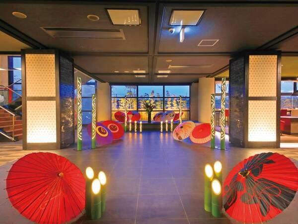 【ロビー】竹の灯りと赤い番傘が非日常へいざなう……