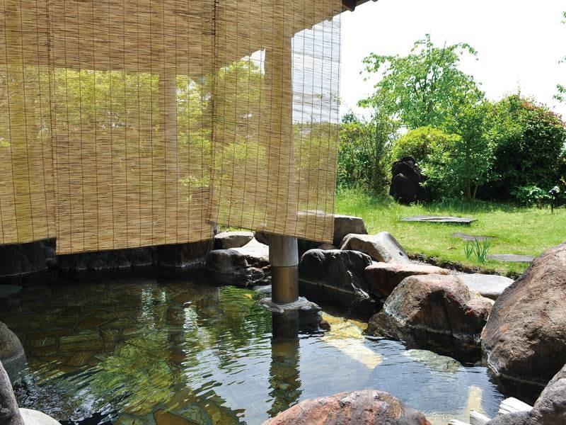 【露天風呂/男性】開放感ある緑眺める露天風呂