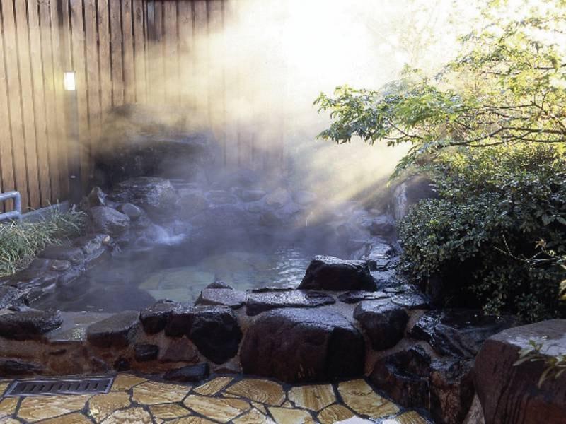 【貸切露天風呂/有料】庭園を望む露天風呂