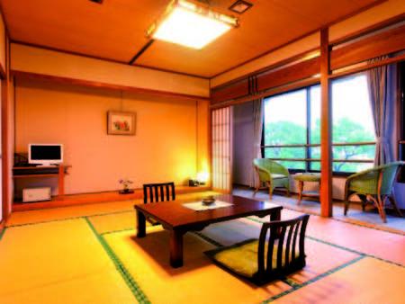 【客室】10畳和室。約2千坪の敷地と玉名の夜景を望む。客室風呂は温泉/例