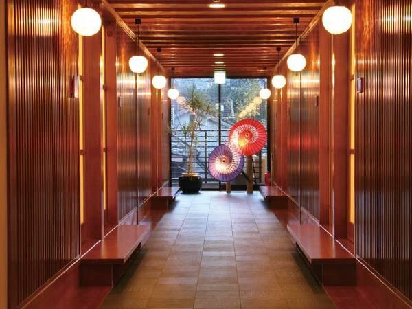 【館内】回廊の朱い番傘、ほのかな光。風情溢れる館内