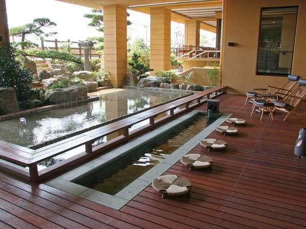 【足湯】中庭に設置された足湯も天然温泉かけ流し