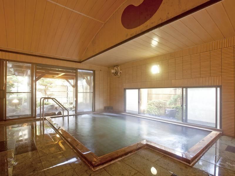 【松の湯】豊富な湯量をたたえる山鹿温泉は、知らず知らずの内に長湯をしてしまうほど、まろやかで柔らかな肌さわり