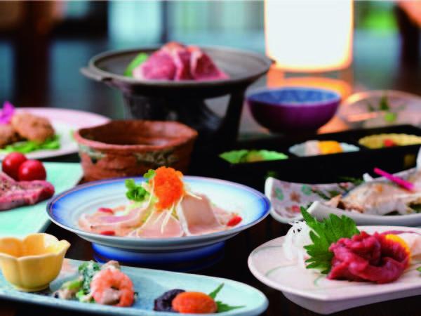 熊本県産牛付季節の会席夕食は旬の食材を使い、調理に温泉を用いる等こだわりの和会席(一例)