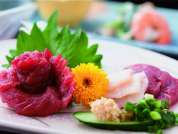 夕食は旬の食材を使い、調理に温泉を用いる等こだわりの和会席(一例)