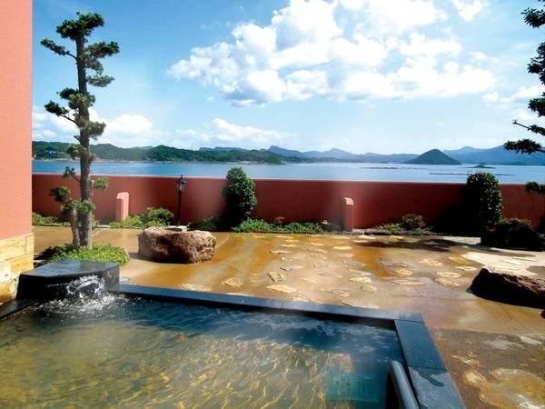 【露天風呂・太陽の湯】輝く太陽と紺碧の海のはざまで湧き出る天然温泉を満喫