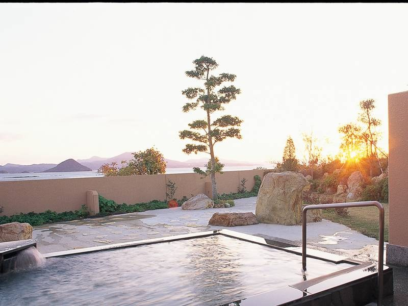 【露天風呂・太陽の湯】露天風呂からは天草の美しい藍の海や、四季折々に移りゆく、島々の景色を臨む