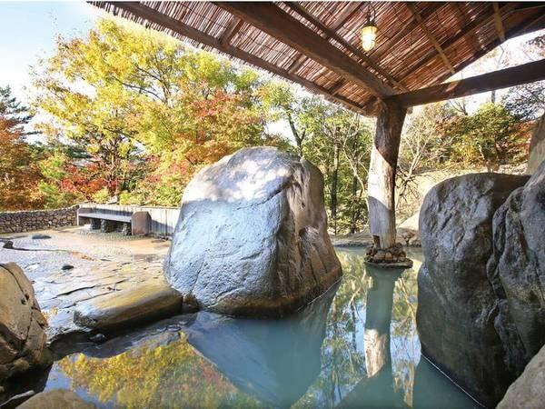 【館内大浴場(女性)】大岩が配された露天風呂