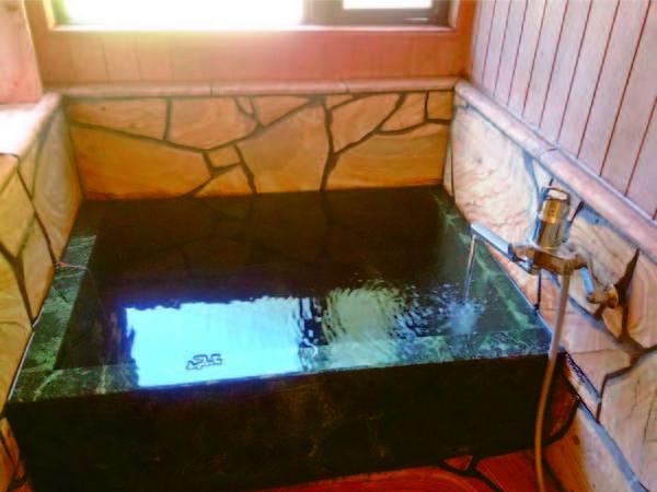 お風呂付客室のお風呂  小さめながら温泉をひとり占め