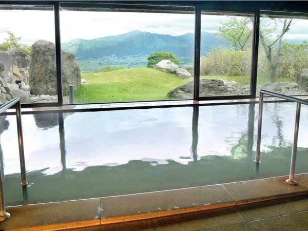 【大浴場】大きな窓からは阿蘇五岳を一望