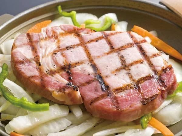 厚切りの自家製豚ロースハム陶板焼が楽しめる!(例)