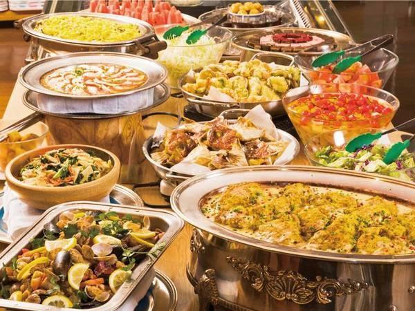 メイン料理はお席にご用意。それ以外に充実の副菜バイキング(サラダ・ご飯・そば・汁物・デザート等)もお腹いっぱいに堪能!(例)