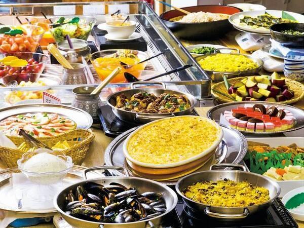 夕食の副菜バイキング(例)。自家製のハムや海鮮料理、ポークやチキン料理が日替わりで並びます。お好きなものをお好きなだけお召し上がり下さい。