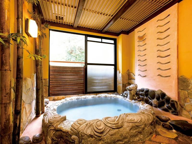 【半露天風呂】全客室に源泉かけ流しの湯が24時間溢れる