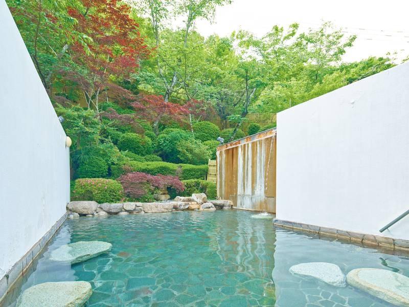 【露天風呂】四季折々に変化する庭園を眺め、源泉かけ流しの名湯に浸かる。夜にはライトアップも