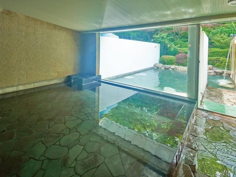 【大浴場】四季折々に変化する庭園を眺め、源泉かけ流しの名湯に浸かる。夜にはライトアップも