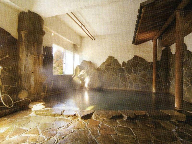 【大浴場1】数種類の趣のことなった湯舟を楽しめる