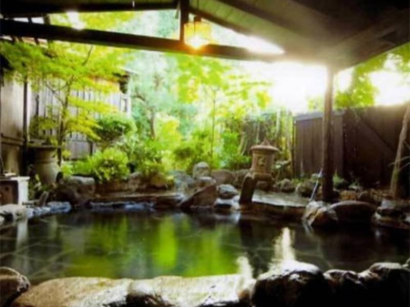 6つあるお風呂は全て無料で貸切で利用可。敷地内から湧き出す豊富な源泉によって「薄めず、沸かさず、循環せず」を可能に。源泉100%の湯を堪能