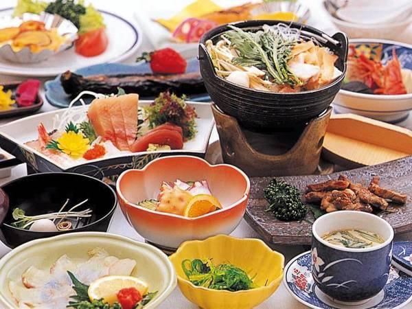 旬の和会席(一例)。地元大分の食材をふんだんに用いた会席を楽しめる
