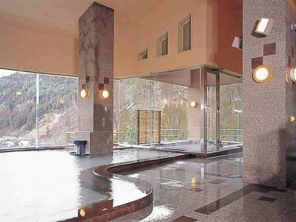 【女性大浴場・星の雫】広々とした大浴場。露天風呂からも景色も楽しみたい