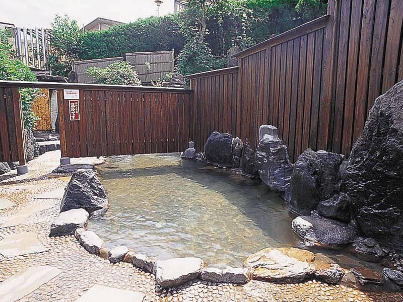 【男性岩露天風呂】露天、大浴場以外にも打たせ湯や蒸し風呂なども