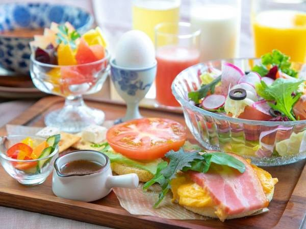 【朝食/例】マフィン朝食が女性に好評♪フレッシュ野菜や、食べ応えのある厚切りベーコンなど