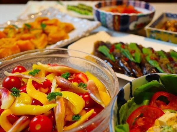 地産旬野菜のビュッフェ形式の「おばんざい」/例