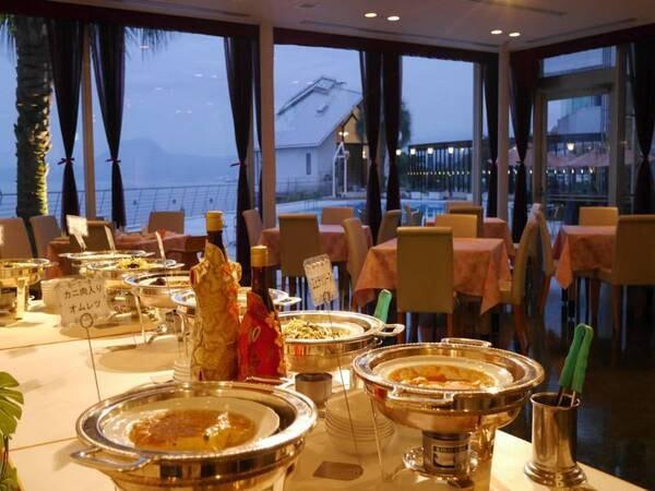 プールサイドを望む中国料理レストラン。涼し気な空間で、美味しいお酒の飲み放題と、中国料理の食べ放題(一部オーダー式あり)を堪能!(例)