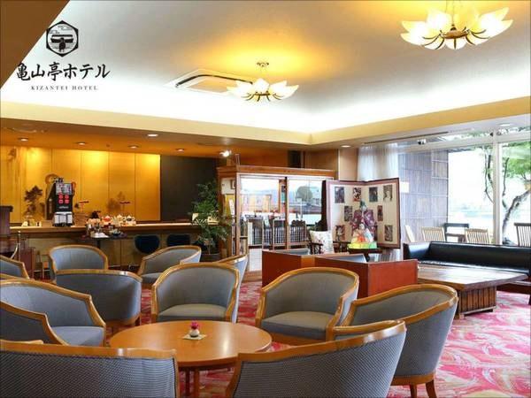 【ロビー/1階】広い1階ロビーでは無料のお飲み物をご用意しております