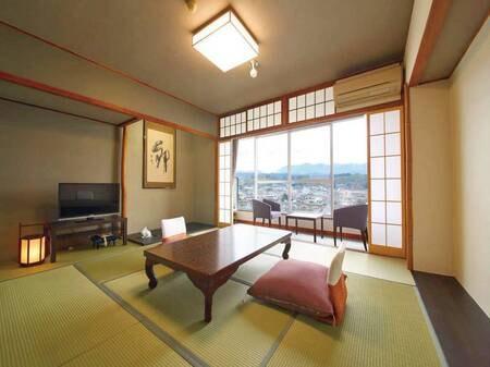 【標準川側和室/例】大きな窓からの風景は日田の中心を流れる三隈川が望めます