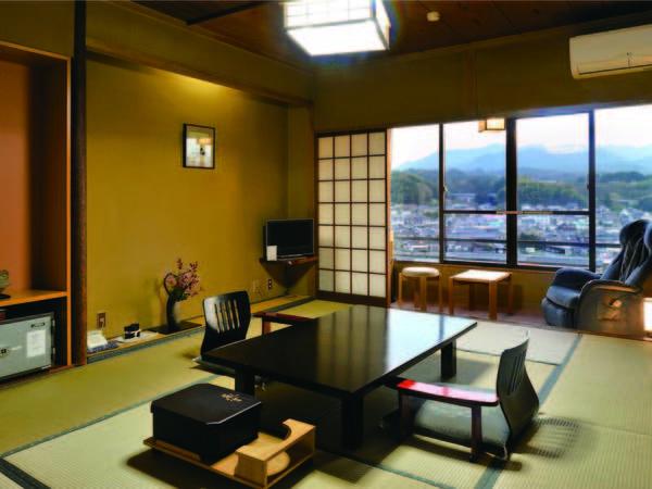 三隈川を望む客室で食事をご用意。じっくりと自慢の料理を味わえる・例
