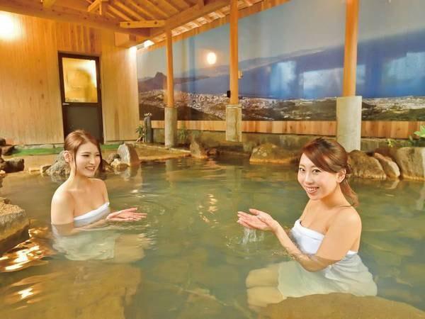 【露天風呂】湯舟をとりまくゴツゴツとした岩が懐かしい和の風情を醸しだす