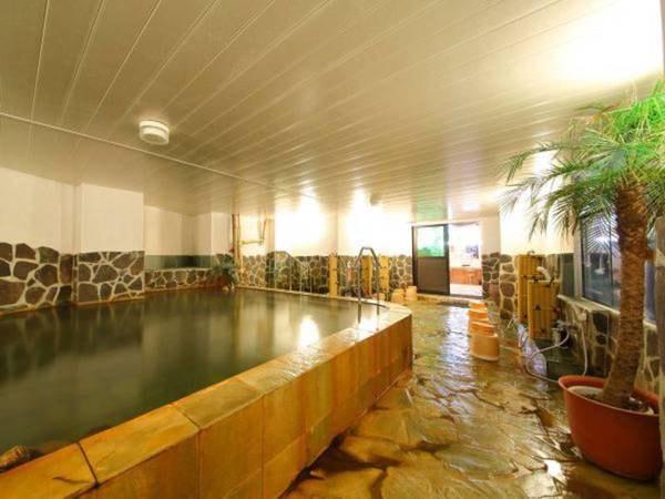 【内湯】天然温泉の少し濁りのあるまろやかなお湯が肌にやさしくつたわる