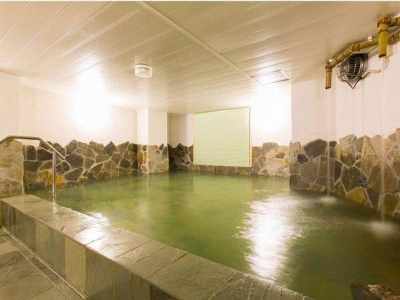 【3階大浴場】壁際には天井からお湯が落ちる打たせ湯があります