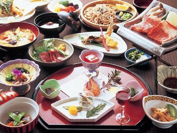 【季節半月盆付】料理長手作りの創作料理が並ぶ