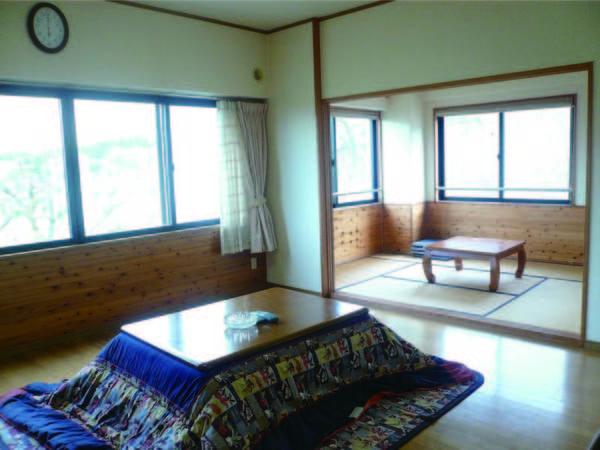 お部屋は和室+洋室ツイン+リビングの広々とした2間客室(一例)