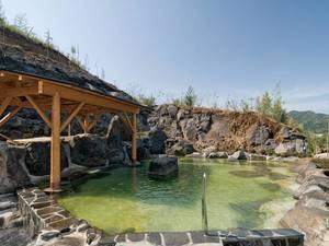 【露天風呂/薬師の湯】薄緑色の濁り湯