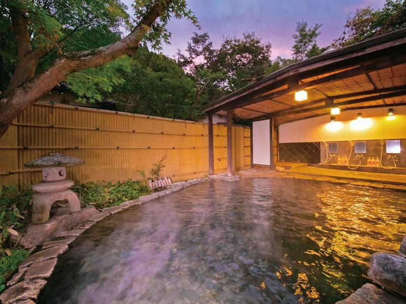 【露天貸切風呂(建物外、庭園内)/一例】ひろびろゆっくりと湯あみを満喫
