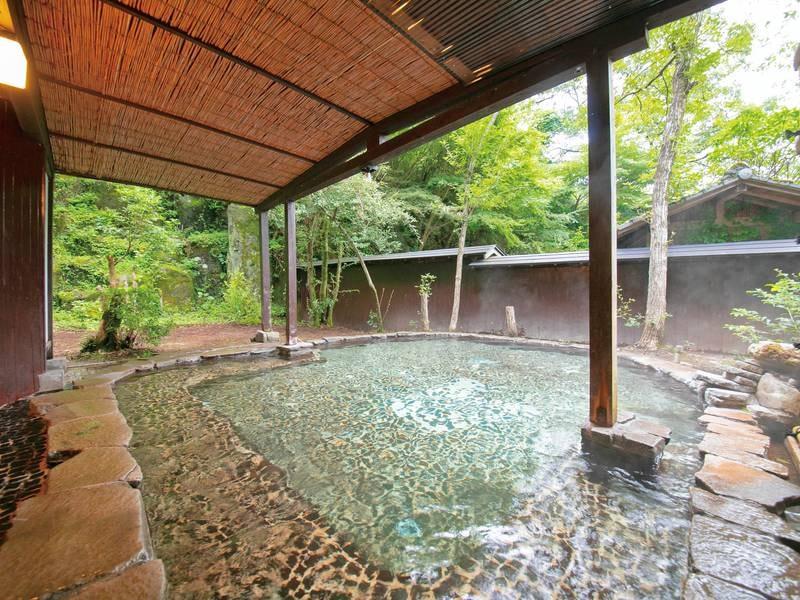 【露天貸切風呂(建物外、庭園内)/一例】貸切とは思えない大きさ!